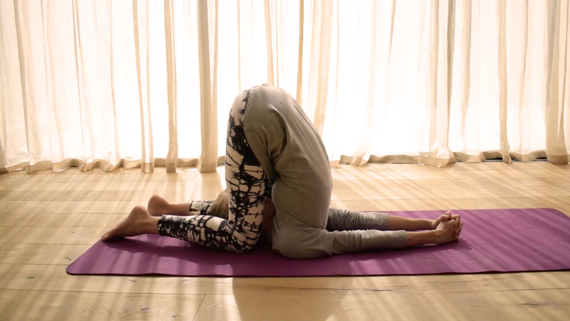 Karnapidasana |Yoga | Vanesa Lorenzo